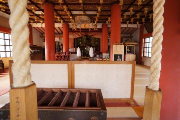 神岡山大円寺の本堂の中