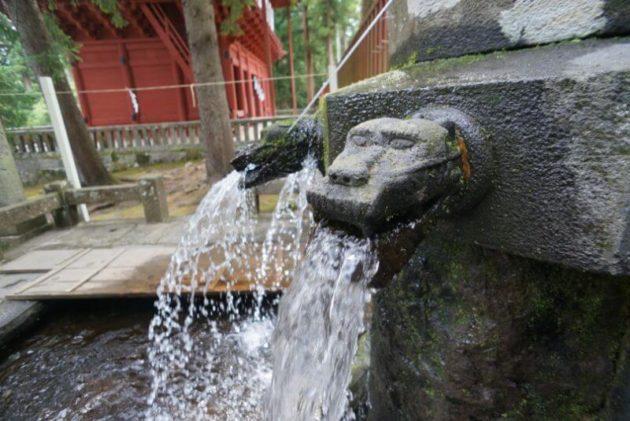 岩木山神社の手水舎の勢いの良い水