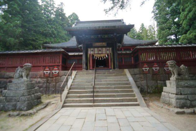 岩木山神社の中門と社殿